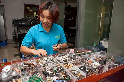 员工在给电子元器件分类